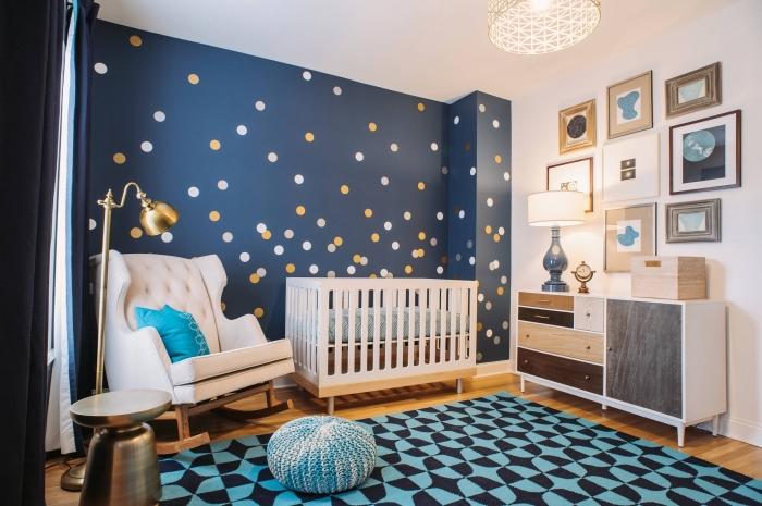 peinture bleu marine avec dots en or et blanc pour une deco chambre bebe, fauteuil à basculer à dos boutonné et pieds de bois