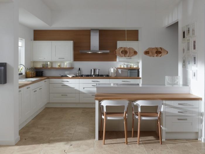 exemple de cuisine moderne aux murs blancs avec pan de mur en bois foncé, meuble plan de travail en bois stratifié