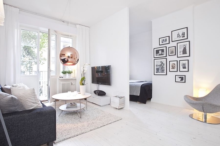 intérieur cozy et moderne avec meubles blanc et noir, quels accessoires choisir pour créer une déco stylée