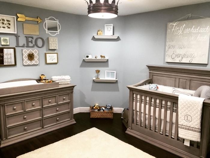 intérieur en nuances neutres dans une pièce aux murs gris et plancher noir aménagée avec meubles de bois