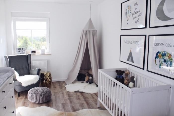 intérieur dans chambre nouveau-né avec tipi et lit-bébé, coin de repos avec fauteuil à dos boutonné gris foncé et pouf en crochet