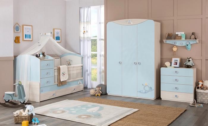 décoration intérieure bicolore en murs blancs et beige avec mobilier en bleu clair et beige sur plancher de bois foncé