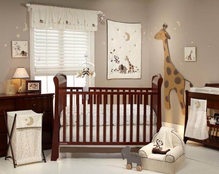 peinture murale de nuance taupe comme une idée déco chambre bébé neutre avec meubles de bois marron foncé
