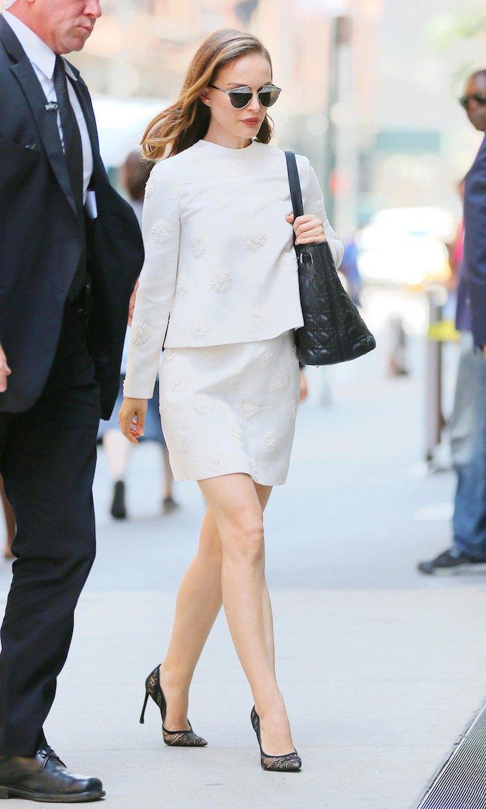 Belle tenue femme pour bapteme Natalie Portman tailleur jupe blanche comment être une femme bien habillée
