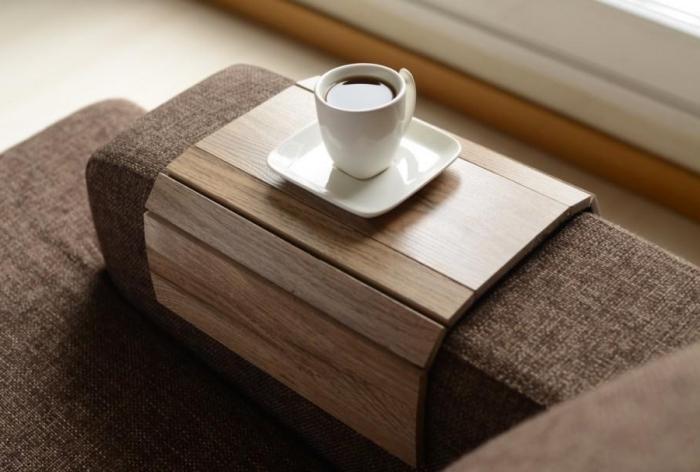 idée cadeau pour maman fonctionnel et utile, modèle de support de bois clair en forme de plateau pour canapé