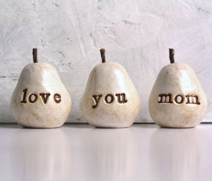 trois poivres décoratifs blanc et beige à lettres je t'aime maman à offrir pour la fête des mères comme un cadeau personnalisé