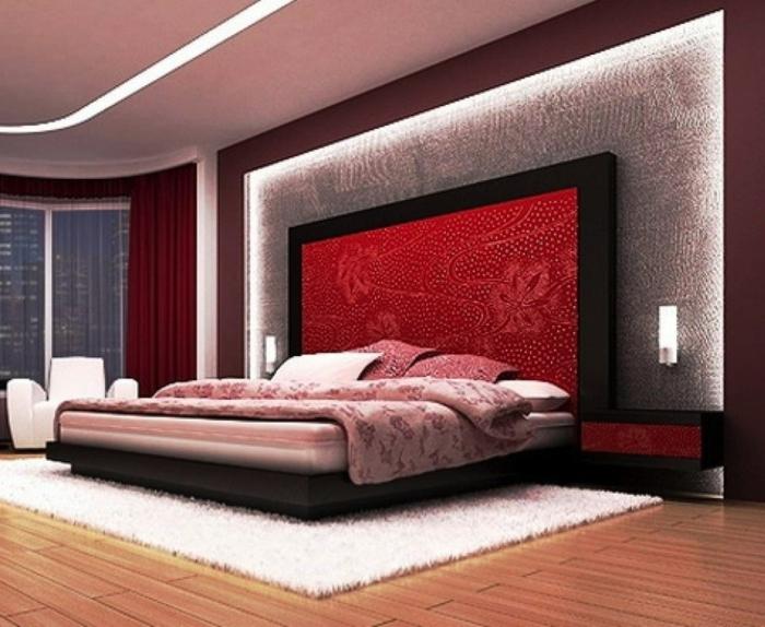 lit plateforme rose, tête de lit rouge avec pattern floral, plafond éclairé, tapis blanc moelleux