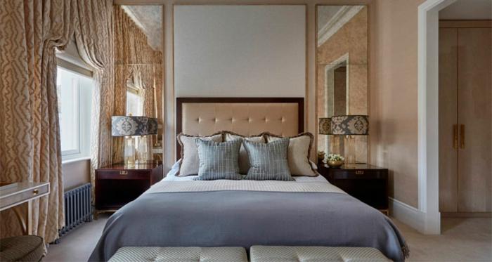chambre gris et beige avec rideaux vintages, tête de lit beige capitonnée, deux grands tabourets