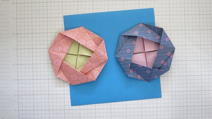 jolie fleur en origami camélia en papier à motifs, idée pour un bricolage de printemps qui met à l'honneur les fleurs