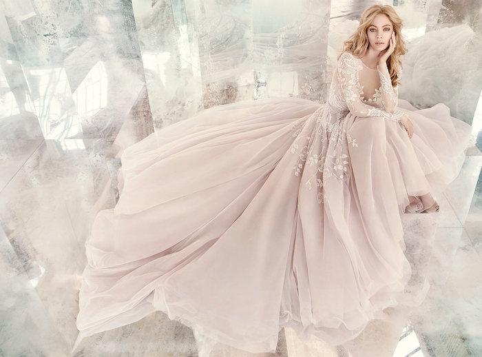 exemple de robe de mariée originale rose clair avec un top avec manches à motifs floraux et une jupe rose féerique