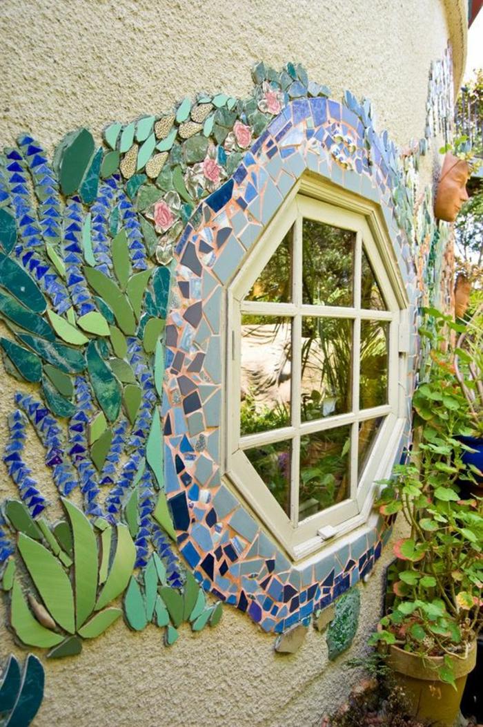 décorations autour d'une fenêtre, déco jardin récup, espace coin arty, ornements en forme de feuilles couleur bleu roi, vert, noir, gris pastel