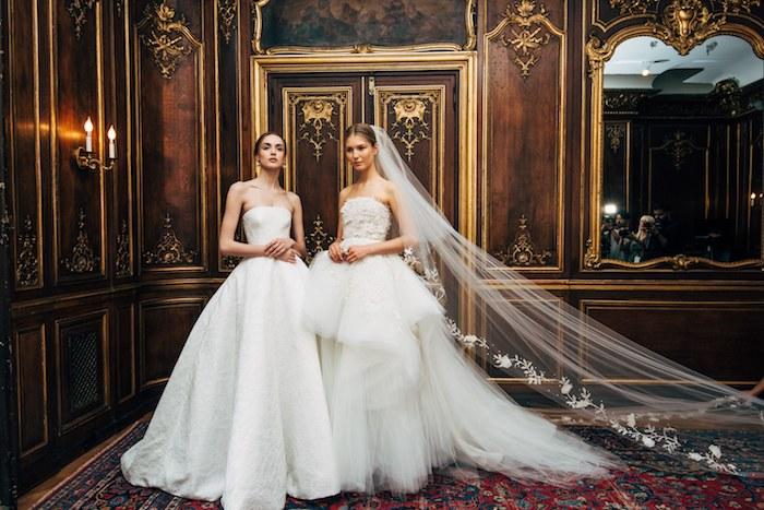 robe de mariée haute couture blanche, modèle princesse et modèle originale avec une jupe plissée et top à plumes