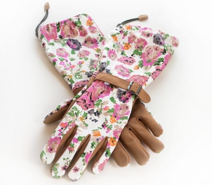 joli modèle de gants de jardin en cuir marron avec lacet et à design florale en rose et blanc, cadeau jardinage