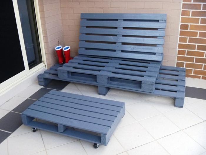 meubles de jardin en palettes en gris pastel, éléments avec des roues, jardin meublé avec des accessoires pratiques, terrasse ou véranda