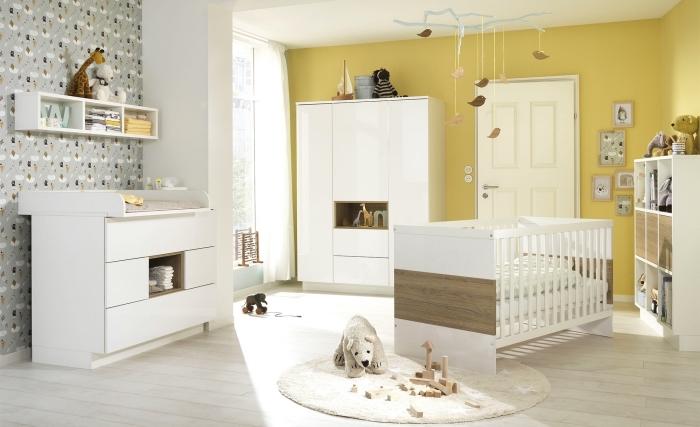design intérieur avec pan de mur en jaune moutarde et papier peint gris, aménagement chambre complète en mobilier blanc