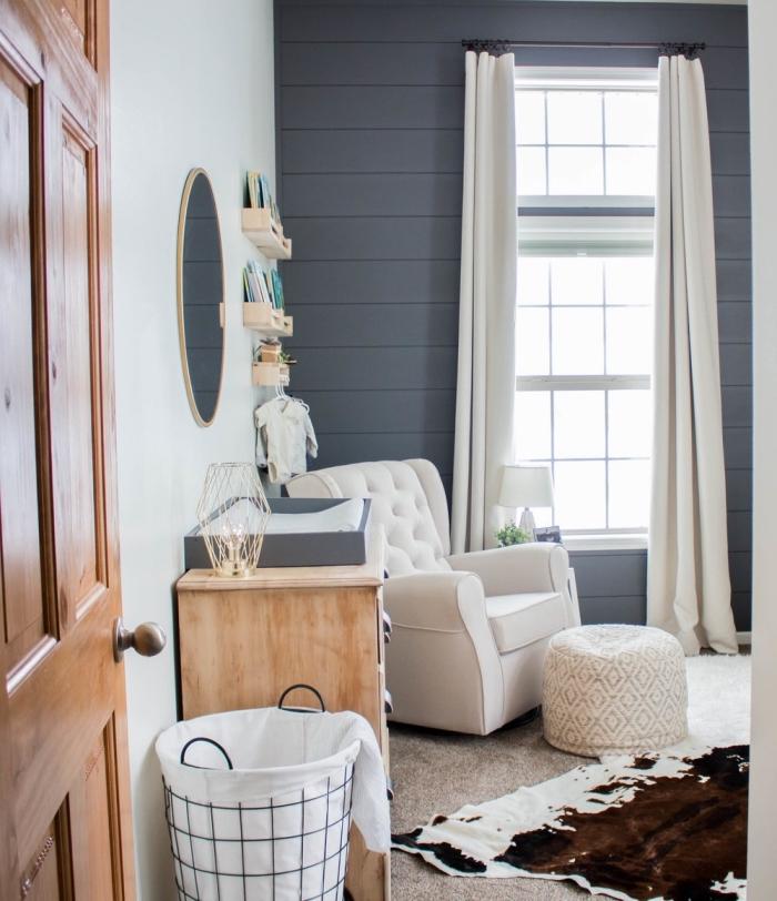 exemple de deco chambre nouveau-né avec mur blanc et pan de mur en gris anthracite, aménagement avec meubles blanc et en bois