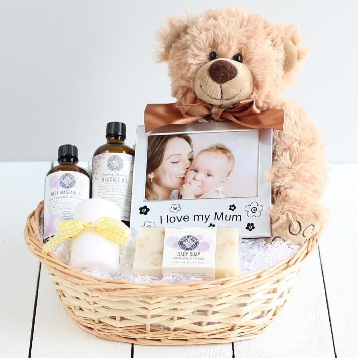 sélection de produits cosmétiques et d'aromathérapie dans un panier en fibre végétale décoré avec ours en pelouche
