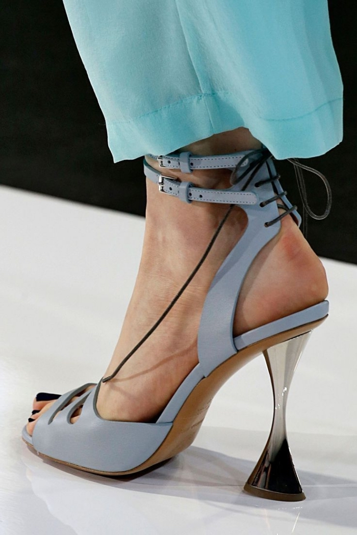 vision élégante en pantalon à design fluide de couleur bleu turquoise combiné avec une paire de sandales à talons hauts