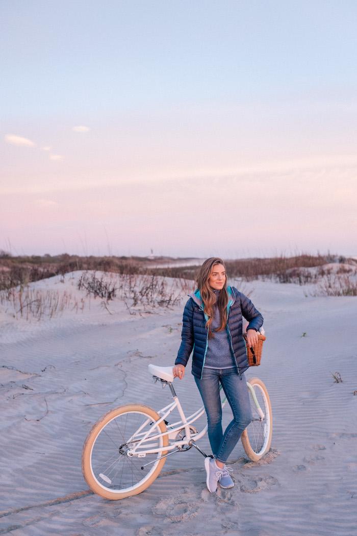 Tennis blanche femme tenue de voyage tenue vacances confotable tenue basket femme habillee pour aller a la plage printemps jean et veste sportive