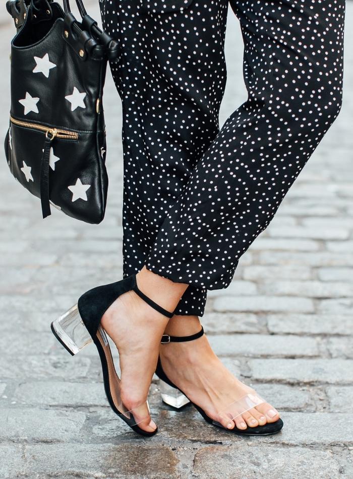 idée comment bien s'habiller en blanc et noir pour femme, modèle de sac à main de cuir noir à design étoile combiné avec sandales plates