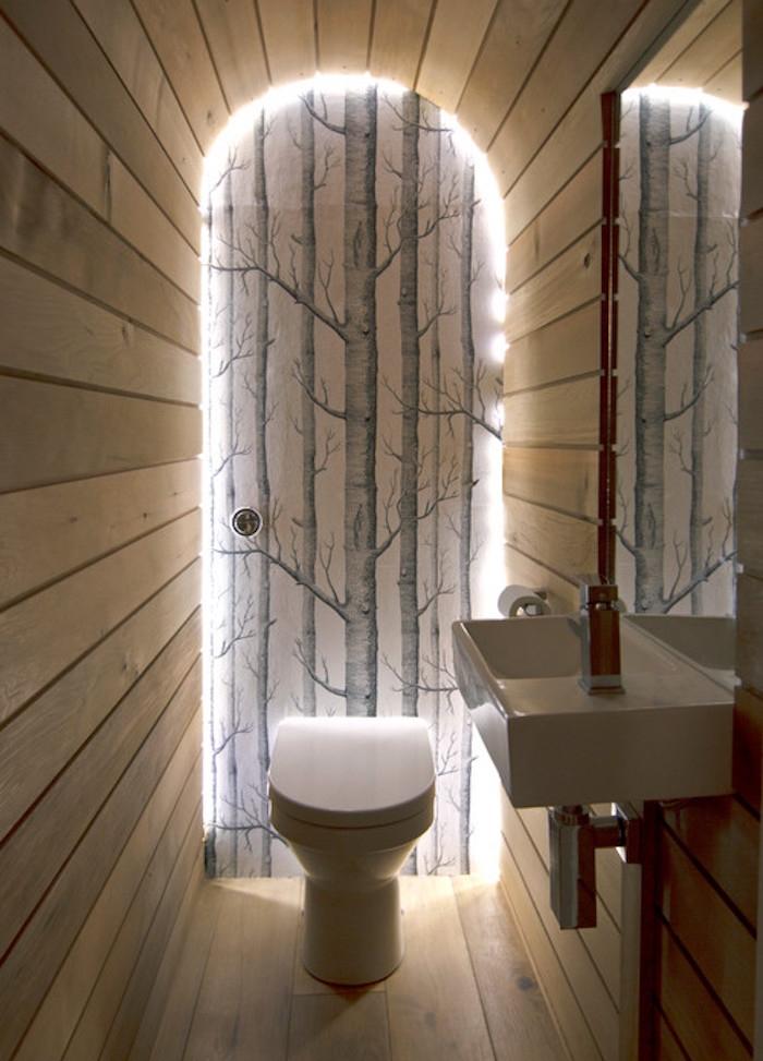 aménagement toilette avec murs en bois pour déco nature et sticker mural arbre