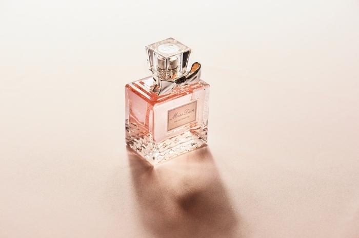 surprendre une femme en lui offrant une bouteille de parfum favorite pour la fete des meres