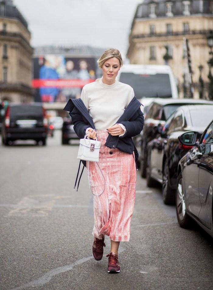 Tenue simple avec basket basse femme tenue basket scratch femme le style decontracte jupe longue hiver à paris