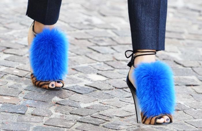modèles de sandales tendances à talons hauts et design animal avec décoration en fausse fourrure de couleur bleu éclatante