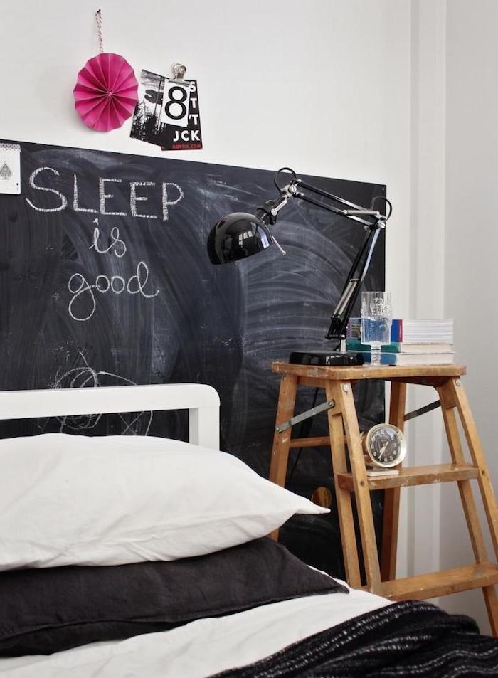 peinture ardoise murale en guise de tete de lit design, linge de lit noir et blanc, table de nuit en escabeau bois