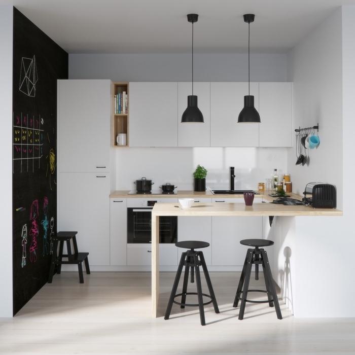 idée pour l'aménagement d'une petite cuisine aux murs blancs avec déco de pan de mur en peinture ardoise