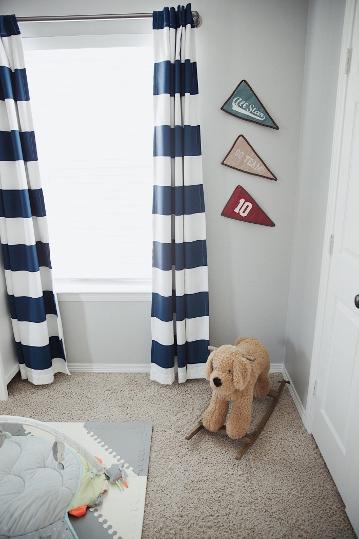 idée comment aménager une petite pièce nouveau-né aux murs clairs avec tapis beige moelleux et rideaux longs