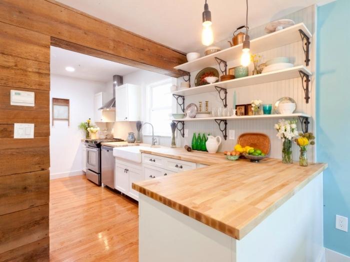 comment transformer une cuisine campagnarde avec une peinture de pan de mur en bleu clair et revêtement en bois foncé