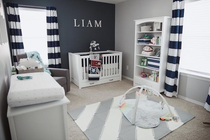 intérieur en couleurs neutres avec pan de mur gris et rideaux à design rayé blanc et bleu marine, meuble de rangement bois blanc