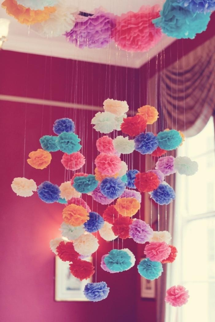 comment décorer le salon ou la chambre à coucher avec une suspension plafond à pompons de papier soie coloré