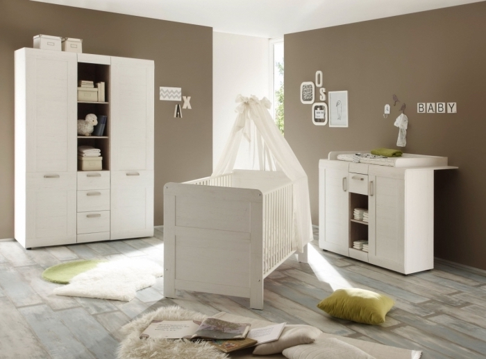 design intérieur bicolore aux murs taupe et mobilier de bois blanc avec plancher de bois colorés en bleu et gris pastel