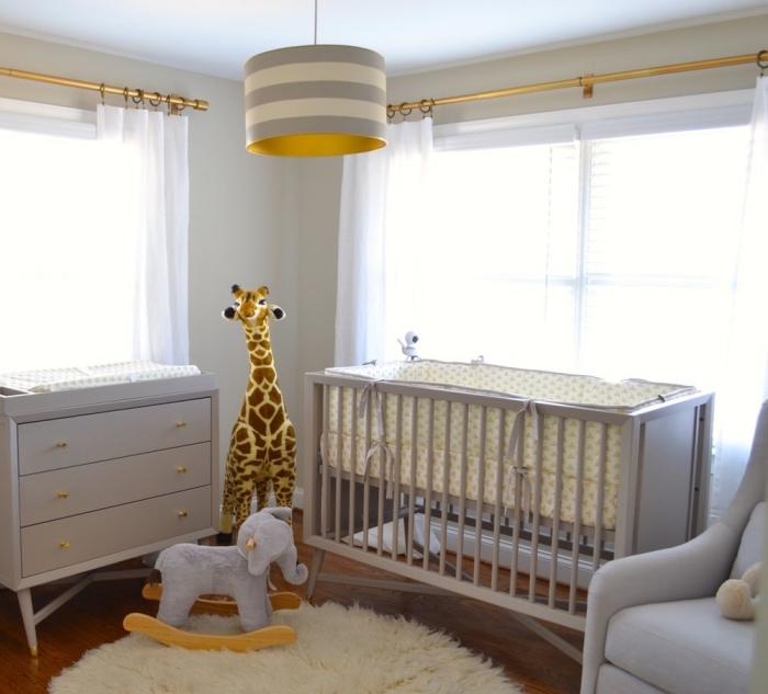 déco cocooning dans une pièce blanche aux finitions métalliques avec mobilier en gris clair et tapis ronde en fausse fourrure blanche