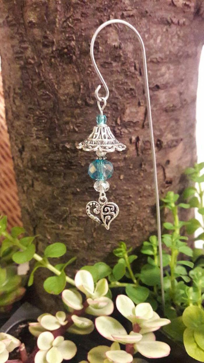 accessoire raffiné pour le jardin de type bijou en métal argent avec des perles synthétiques, jardin paysager, aménagement jardin pas cher, decorer son jardin