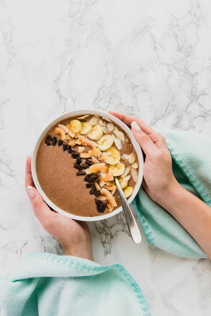 un smootjie bowl petit déjeuner idéal pour maigrir, à base de beurre d'amande et bananes