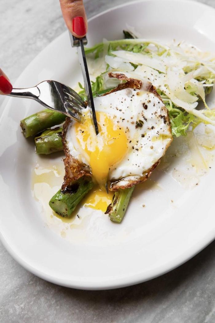 le petit déjeuner idéal pour être en bonne forme, recette d'œuf poché aux asperges vertes