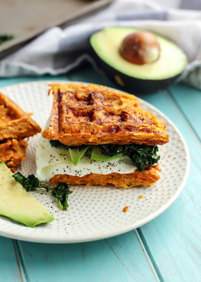 le petit déjeuner ideal pour maigrir, recette de gaufres minceur à la patate douce en version sandwich, à l'œuf, avocat et épinards