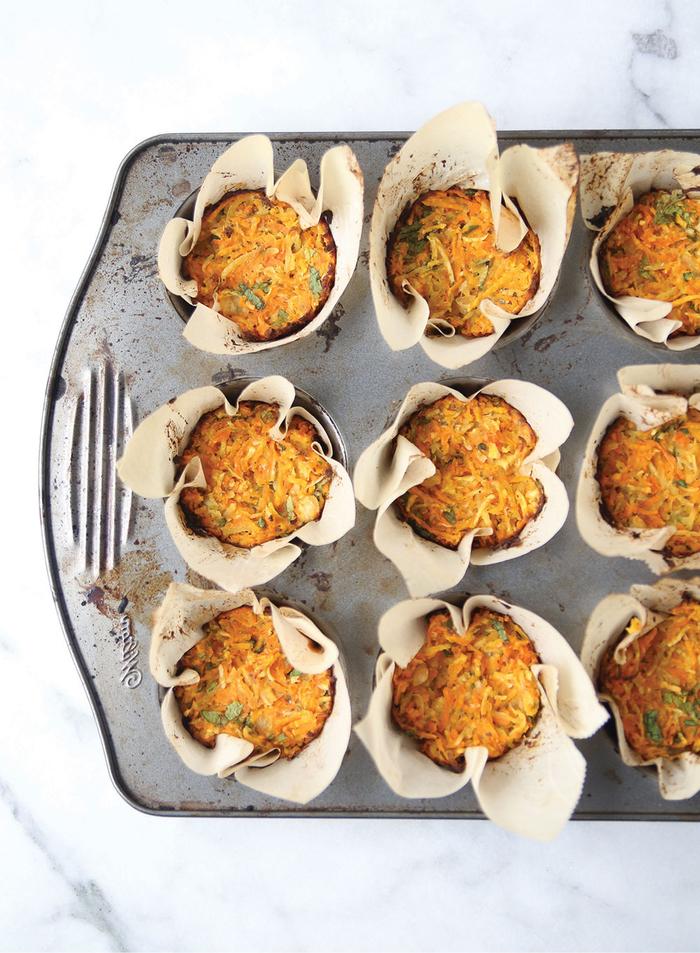 recette originale de petit déjeuner salé préparé dans un moule à muffins, recette minceur de muffins salés aux légumes râpés