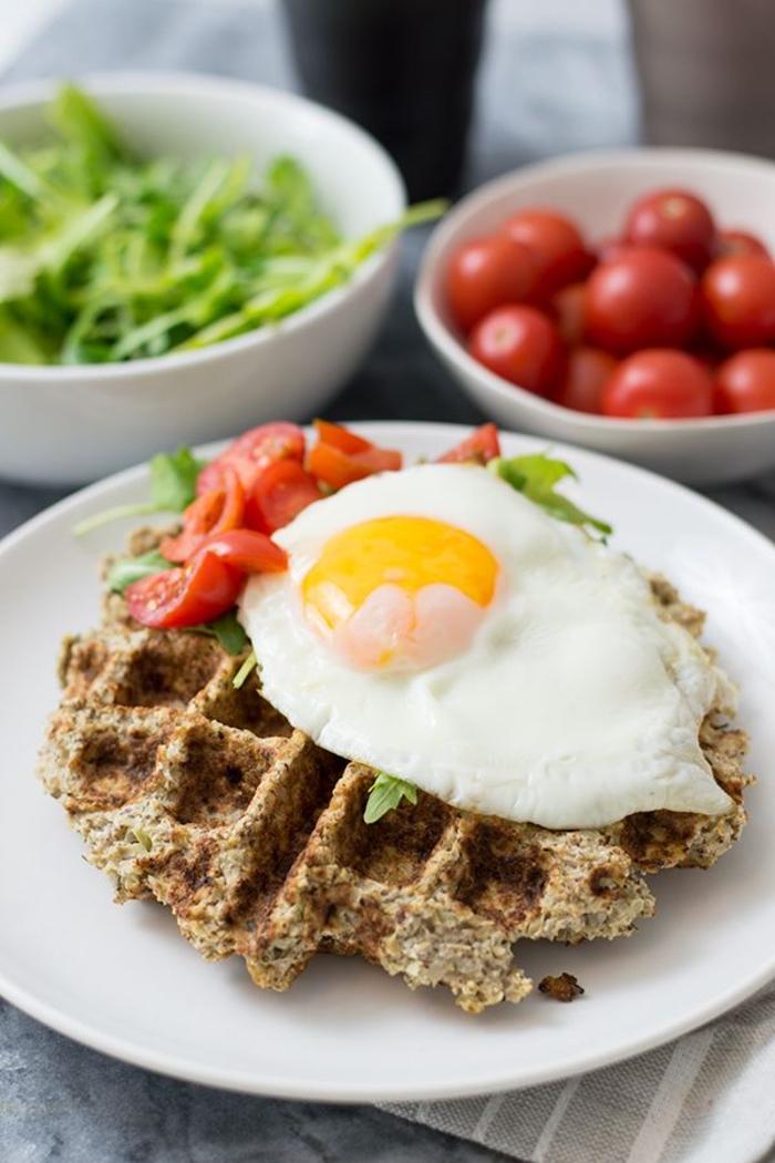 idée pour un petit déjeuner salé qui tient au ventre, recette facile de gaufres minceur de chou fleur à l'oeuf au plat, tomates et salade verte