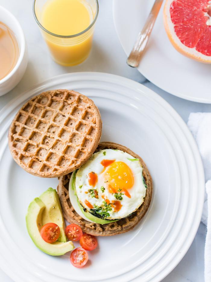 idée pour un petit déjeuner ideal pour bien commencer la journée, recette de gaufres santé en sandwich à l'avocat et à l'oeuf plat