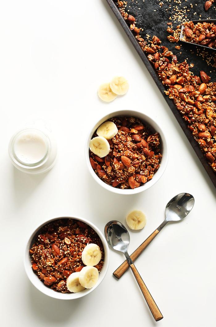 le petit déjeuner idéal pour commencer la journée, recette de granola de quinoa maison sans sucre ajouté