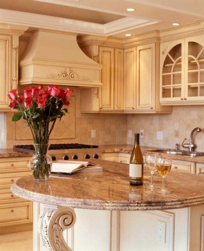 cuisine ilot central rond, placards suspendus en couleur crème, grand bouquet de roses
