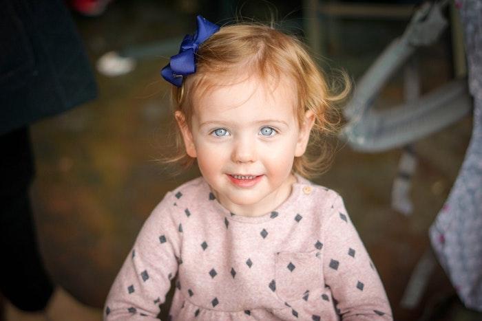 Couper les cheveux de bébé coupe effilée long coupe de cheveux pour fille adorable comment couper les cheveux petite fille 2 ans coupe