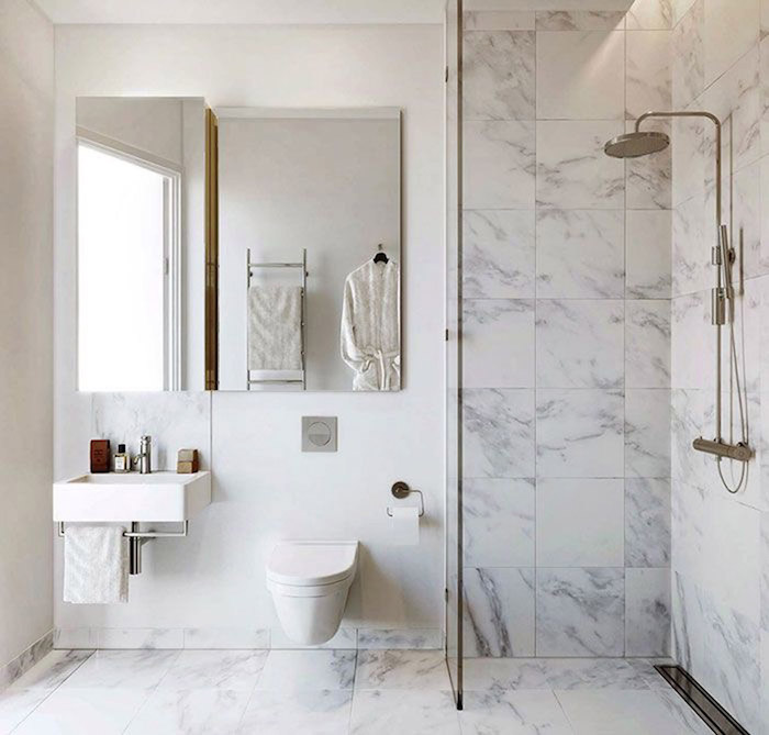 douche italienne avec séparation dans salle de bain moyenne avec carrelage sur mur et sol