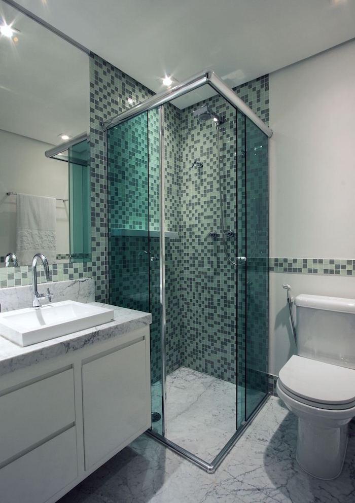 idée déco petite salle de bain avec mosaique sur le mur de la douche italienne dans l'angle