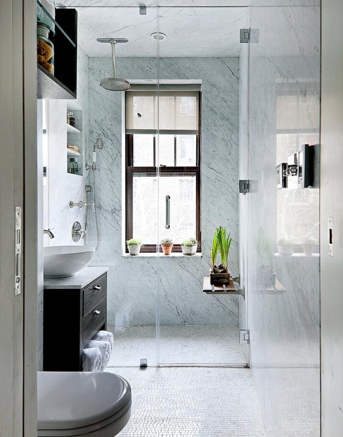 sdb avec sol en faience blanche et douche sur le sol type italienne