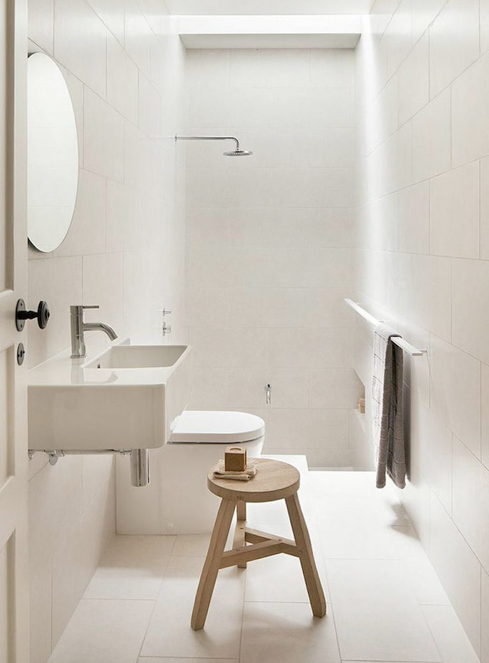 salle de bain toute blanche rénovée avec douche au fond ouverte et lavabo rectangulaire suspendu